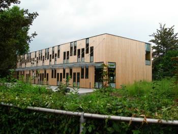BSBO 'De Bloesem' Sint-Truiden zicht op gebouw in zijn groene omgeving (vergrote weergave in fotogalerij)