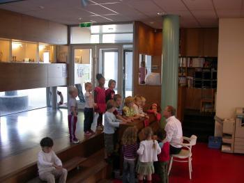 Monetessori School 'De Eilanden' Amsterdam werken in de gang (vergrote weergave in fotogalerij)