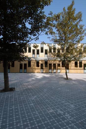 BSBO 'De Bloesem' Sint-Truiden zicht op gebouw vanop de speelplaats (vergrote weergave in fotogalerij)