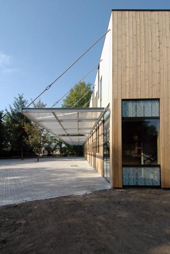 BSBO 'De Bloesem' Sint-Truiden zicht op de zijkant van het gebouw (vergrote weergave in fotogalerij)
