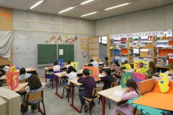 BS 'Klavertje 4' Brussel klaslokaal met zicht op het bord (vergrote weergave in fotogalerij)