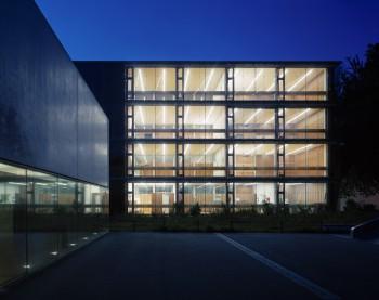 Öko-Schule Mäder - nachtbeeld (vergrote weergave in fotogalerij)