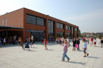 'De Polyglot' Primary School Spiere-Helkijn exterior view on play ground (enlarged view in image gallery)